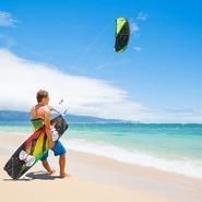 Un concept simple et intéressant à la fois, le Kitesurf est un sport qui se pratique sur l'eau, de préférence les jours de vent. Équipé d'une planche aux pieds et d'un grand cerf-volant que l'on pilote à l'aide d'une barre, l'idée est de se faire tracter sur l'eau.Quelques risques sont présents, ce qui fait du kitesurf un sport extrême. Il est conseillé de prendre des cours avec un professionnel avant de se mettre à l'eau, il vous apprendra les règles de sécurité ainsi que les bases pour vous lancer seul.Le vent étant l'un des principaux éléments au bon déroulement d'une session, avoir en sa possession une serviette ronde Paris sur la plage qui vous attend ajoutera un bien être non négligeable à ce moment.Cette dernière défiera les rafales de vent auxquels elle sera soumise grâce à sa conception innovatrice, en effet son contour armé d'un jonc en fibre de verre la maintiendra très bien au sol.Le kitesurf apporte du plaisir et des sensations que l'on retrouve rarement dans d'autre sport. La puissance qui nous tracte, barre à la main quand on se retrouve sur l'eau est à la fois impressionnante et plaisante. De la force mentale et de la persévérance sont nécessaires pour la pratique de ce sport, car le kitesurf diffère selon les plans d'eau, il faut alors savoir s'adapter.N'oubliez pas d'emmener votre serviette ronde Paris pour votre prochaine aventure en Kitesurf, procurez-vous-en une en vous rendant sur https://laservietterondeparis.com/